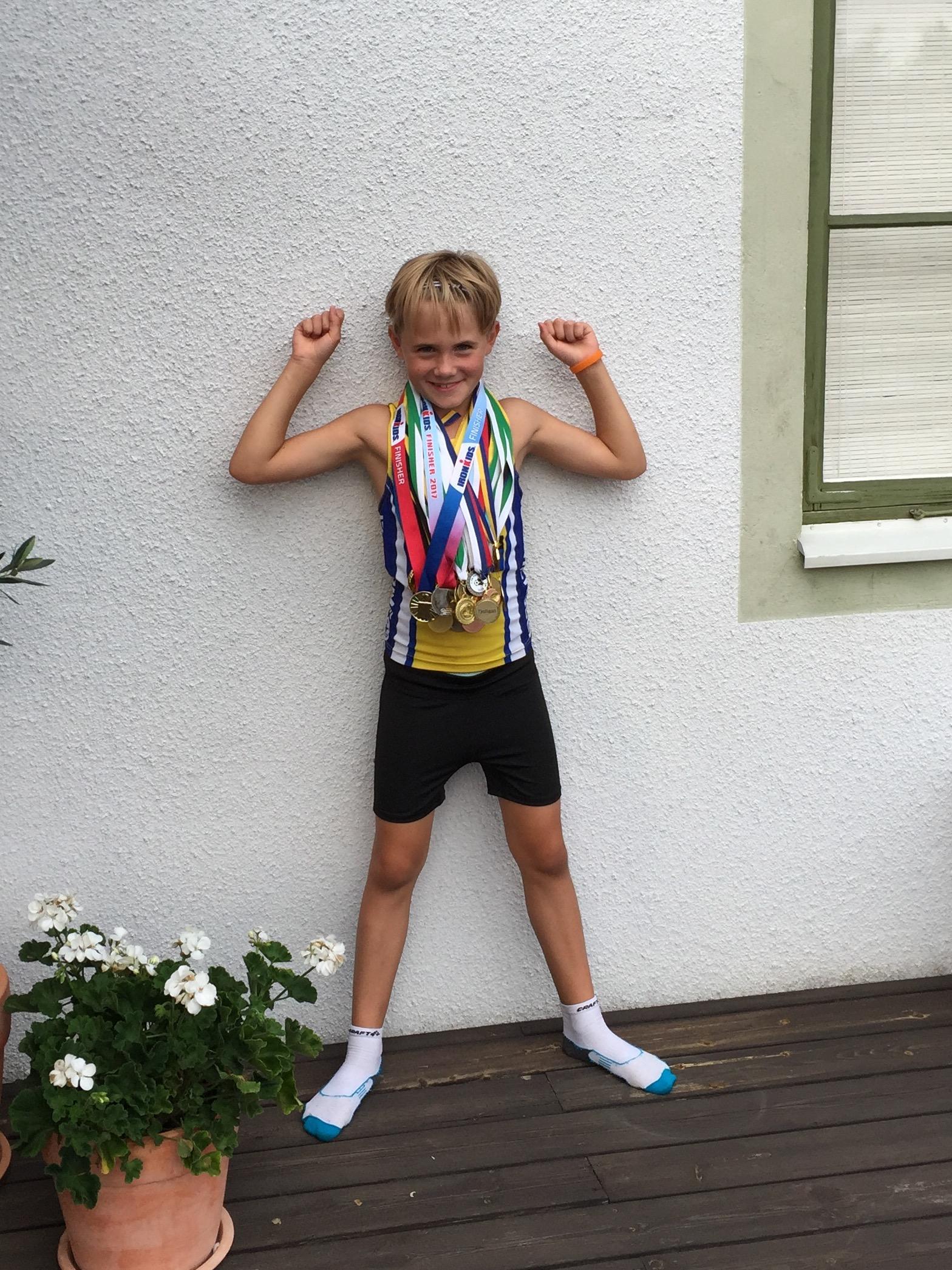5c2d8a9c8d2 Nu har Asta 43 medaljer. Asta bjöd in oss till att fira med Ironmantårta  hemma i Läckeby efteråt. Hon visade oss sina medaljer. Morfar och Asta hade  räknat ...